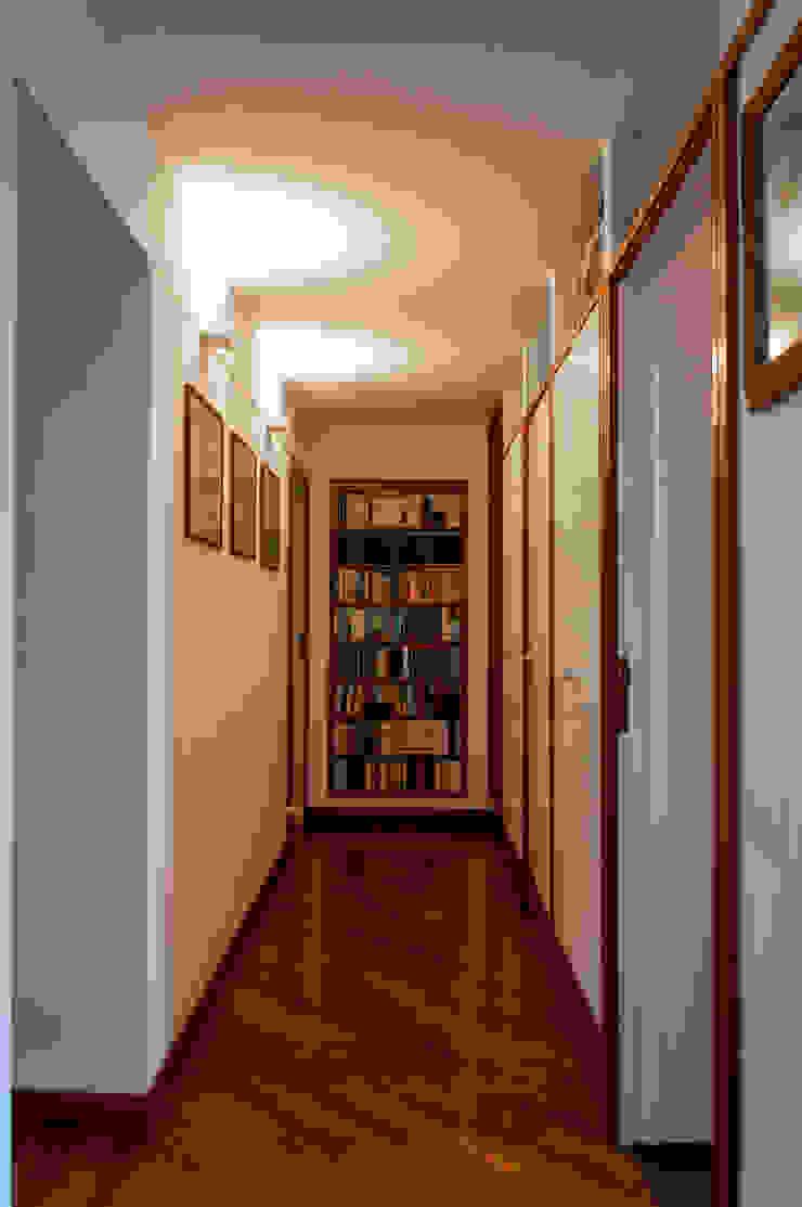 CORRIDOIO OPA Architetti Ingresso, Corridoio & Scale in stile moderno