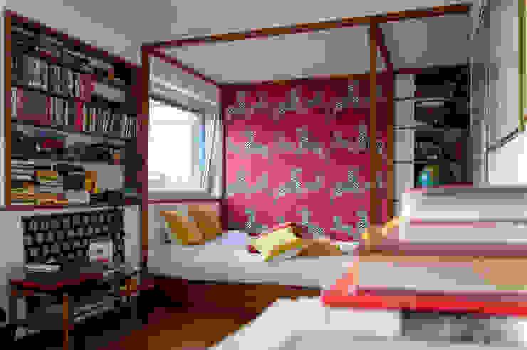 CAMERA DA LETTO del monolocale OPA Architetti Camera da letto moderna Legno Rosso
