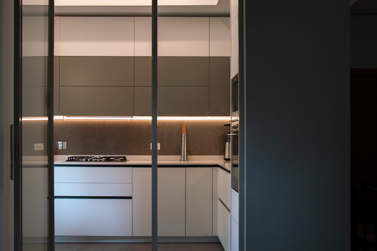 LA VETRATA - vista della cucina dal soggiorno OPA Architetti Cucina attrezzata Grigio