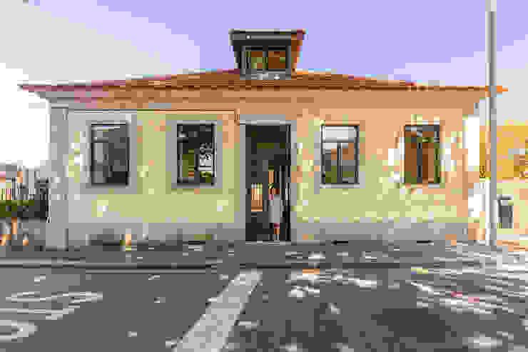 Fachada exterior - Casa em S. Mamede (arquitetura) - SHI Studio Interior Design ShiStudio Interior Design Moradias