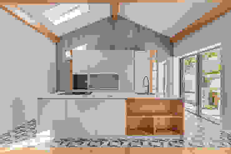 Cozinha | Sala de jantar - Casa em S. Mamede (arquitetura) - SHI Studio Interior Design ShiStudio Interior Design Armários de cozinha