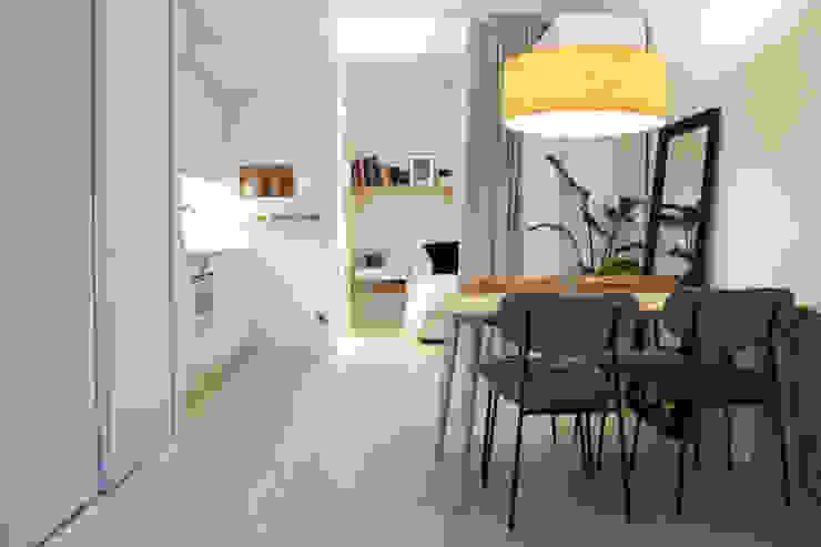 Loft diáfano con dormitorio, salón, comedor y cocina abierto Arquitectura Sostenible e Interiorismo | a-nat Cocinas integrales Blanco