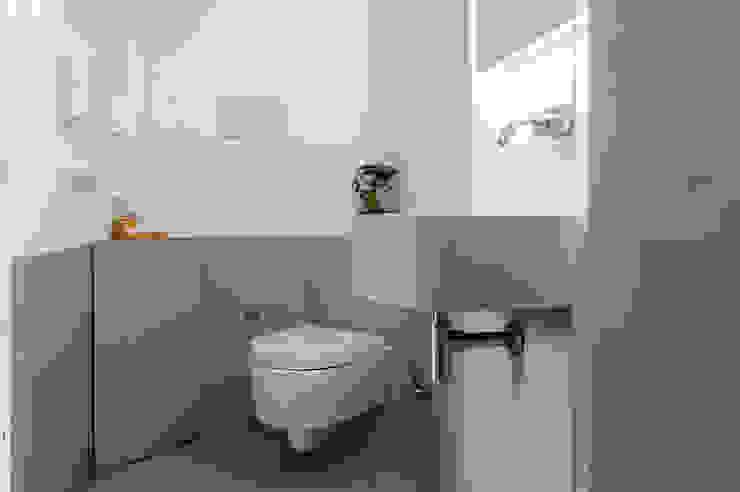 BAGNO del monolocale OPA Architetti Bagno moderno Grigio