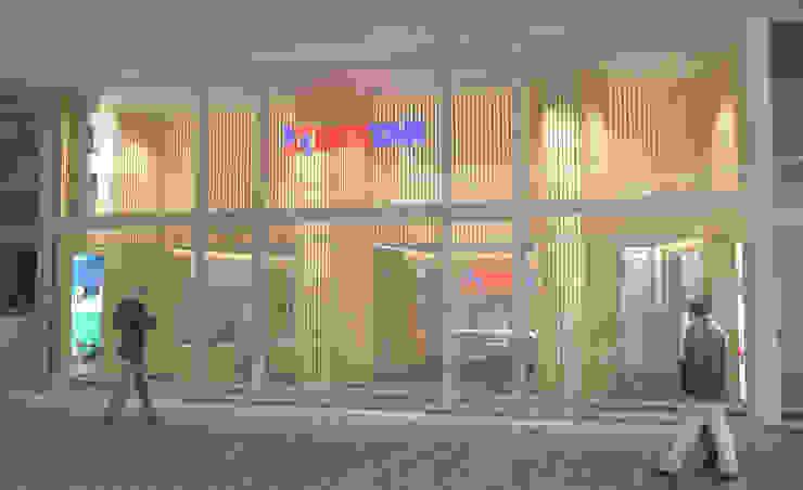 RENDER/ esterno Arch+ Studio Negozi & Locali commerciali moderni