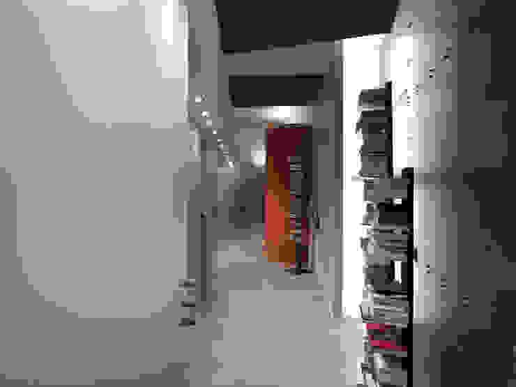 Corridoio della zona notte DE CARLO ARCHITETTI Ingresso, Corridoio & Scale in stile moderno