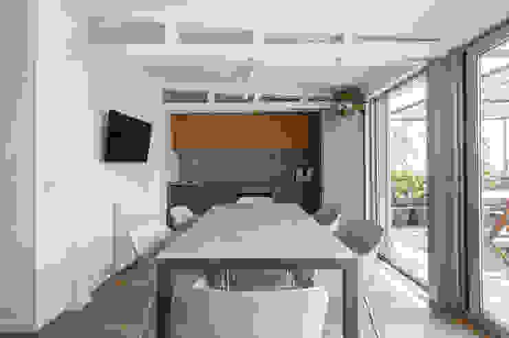 Cucina nella Vernada Arch+ Studio Cucina attrezzata Grigio