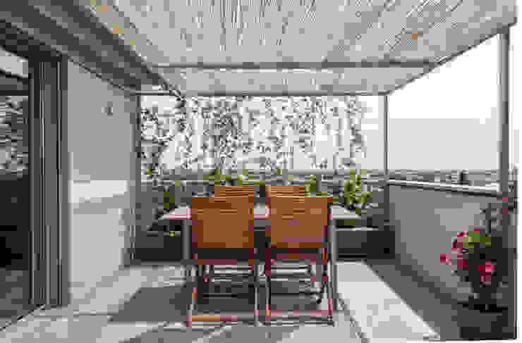 Terrazza Arch+ Studio Balcone, Veranda & Terrazza in stile moderno