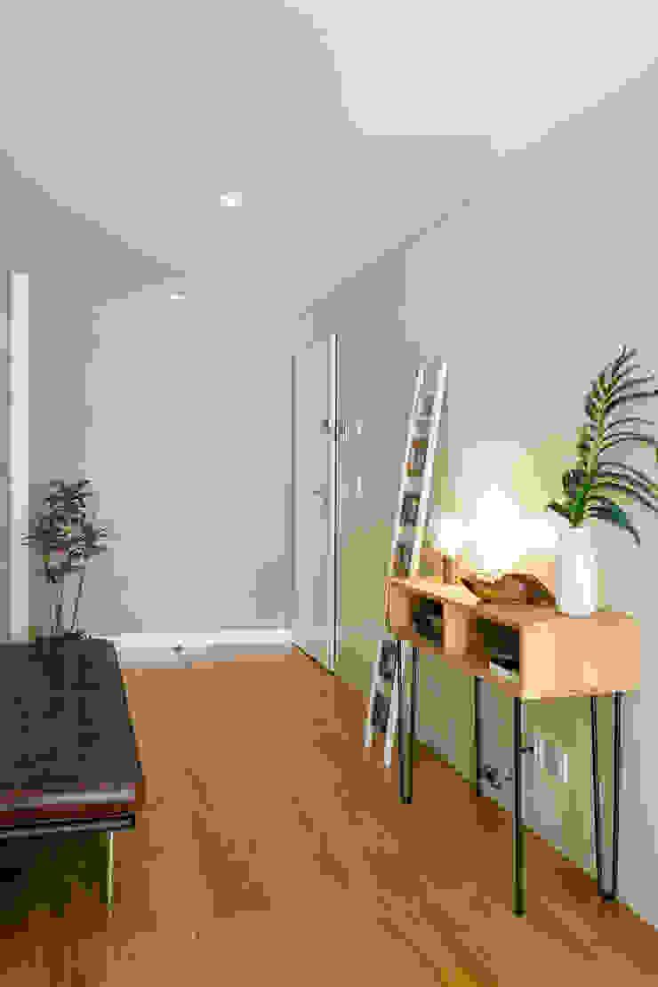 Hall de Entrada   Apartamento T2   Oeiras Traço Magenta - Design de Interiores Corredor, hall e escadasAcessórios e decoração
