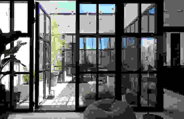 Patio mit hellgrauen WPC Terrassenbelag glatt in heller Loft-Wohnung MYDECK GmbH Industrialer Balkon, Veranda & Terrasse Holz-Kunststoff-Verbund Grau