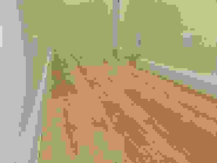 Detalhe de rodapé no corredor Home 'N Joy Remodelações Corredores, halls e escadas modernos