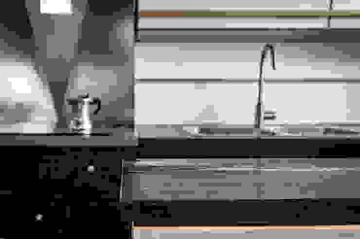 CUCINA - vista dal bancone OPA Architetti Cucina attrezzata Legno Nero