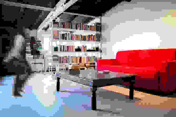 SOGGIORNO - vista zona relax OPA Architetti Soggiorno moderno Legno Rosso