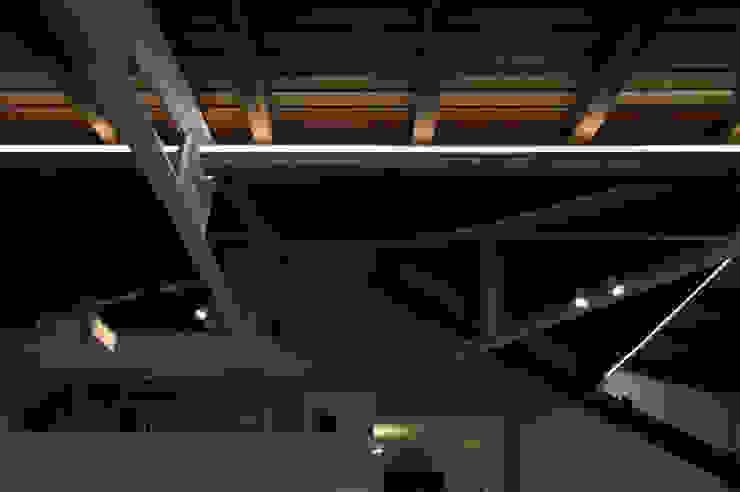 SOGGIORNO - dettaglio illuminazione lineare OPA Architetti Soggiorno moderno Legno Bianco