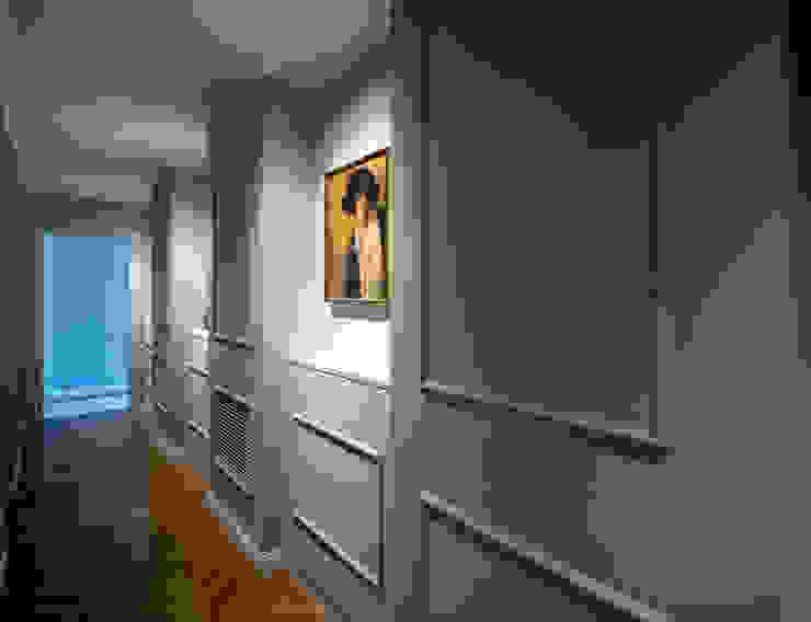 CORRIDOIO ZONA NOTTE - galleria fotografica OPA Architetti Ingresso, Corridoio & Scale in stile classico Legno Grigio