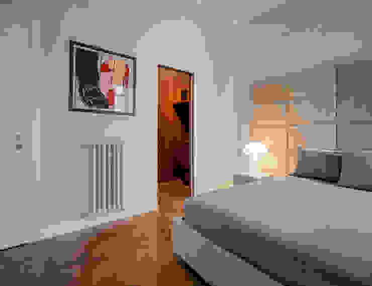 CAMERA DA LETTO PADRONALE con cabina armadio e bagno privato OPA Architetti Camera da letto in stile classico Legno Grigio
