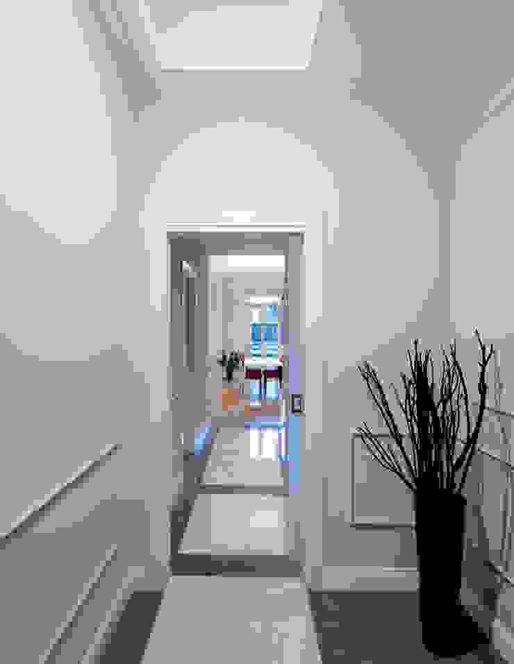 INGRESSO OPA Architetti Ingresso, Corridoio & Scale in stile classico Marmo Grigio