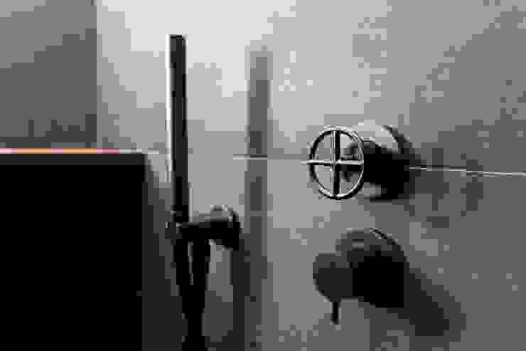 BAGNO BLU - dettaglio rubinetteria doccia OPA Architetti Bagno in stile classico Ceramica Grigio