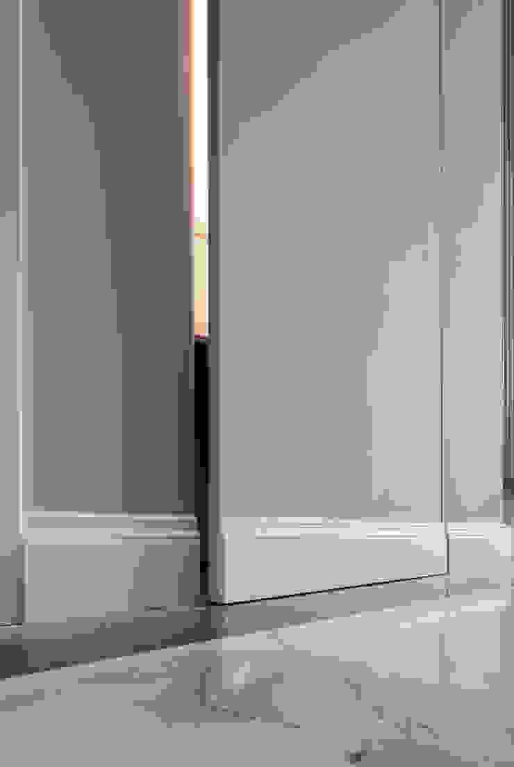 CORRIDOIO - dettaglio sportello raso muro del guardaroba OPA Architetti Ingresso, Corridoio & Scale in stile classico Marmo Grigio