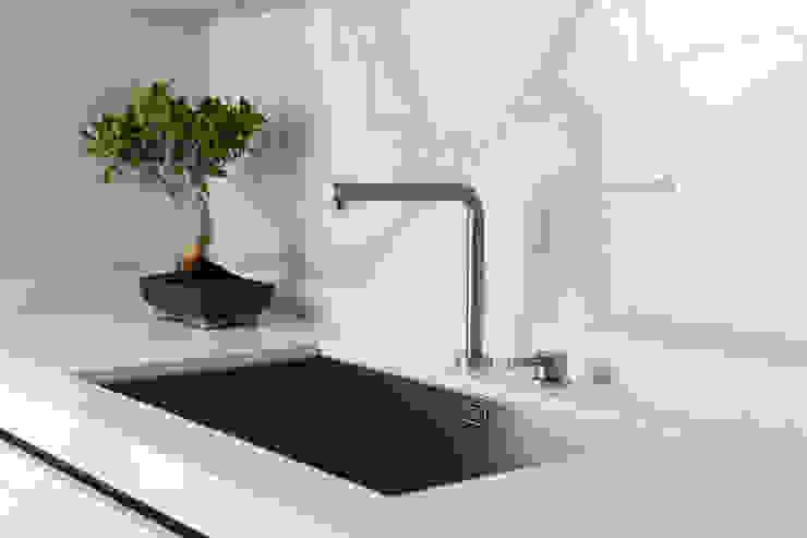CUCINA - dettaglio lavello OPA Architetti Cucina attrezzata Marmo Bianco