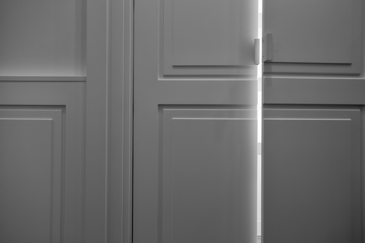 Modern & minimal design of the doors and handles of the wardrobe Tognini Bespoke Furniture Living roomCupboards & sideboards Wood White