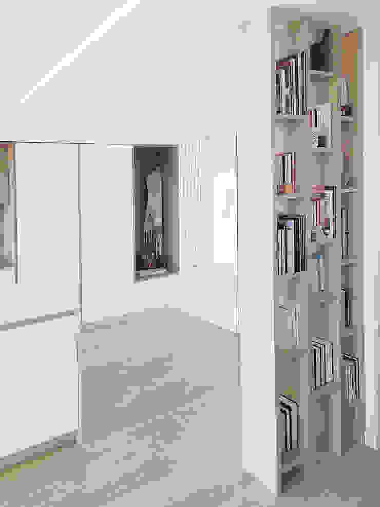 Libreria su misura Spazio 14 10 Ingresso, Corridoio & Scale in stile moderno Legno Bianco