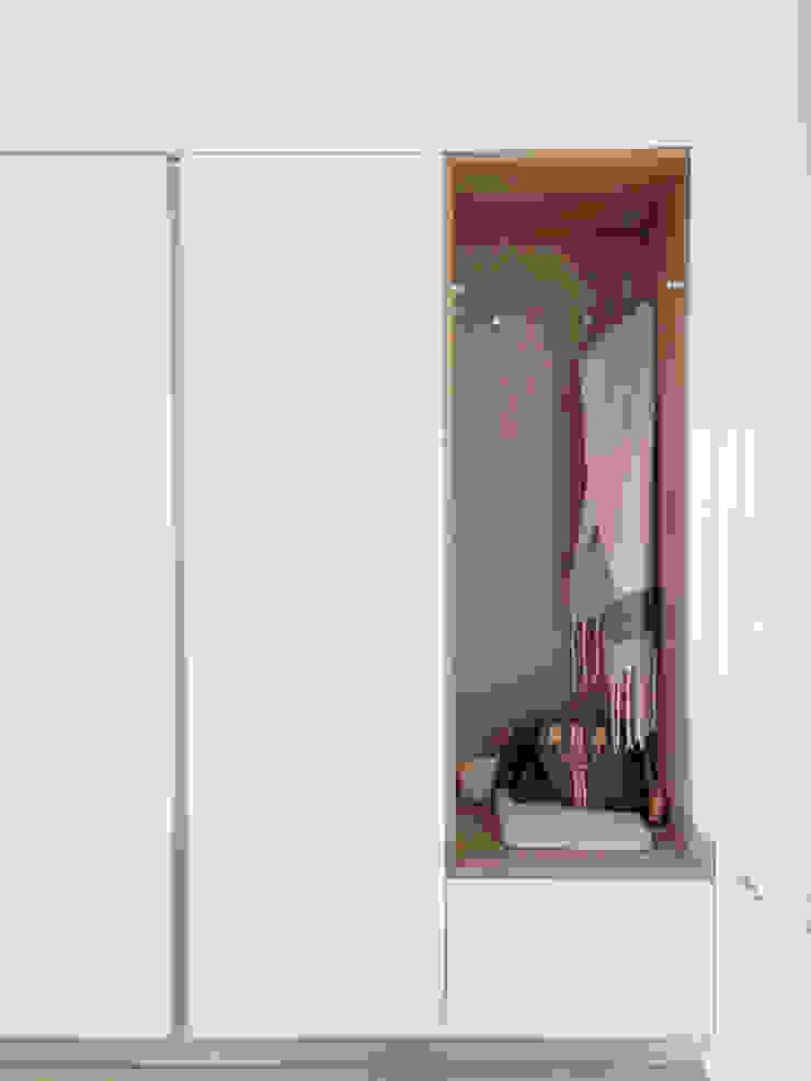 Ingresso Spazio 14 10 Ingresso, Corridoio & Scale in stile moderno Legno Bianco