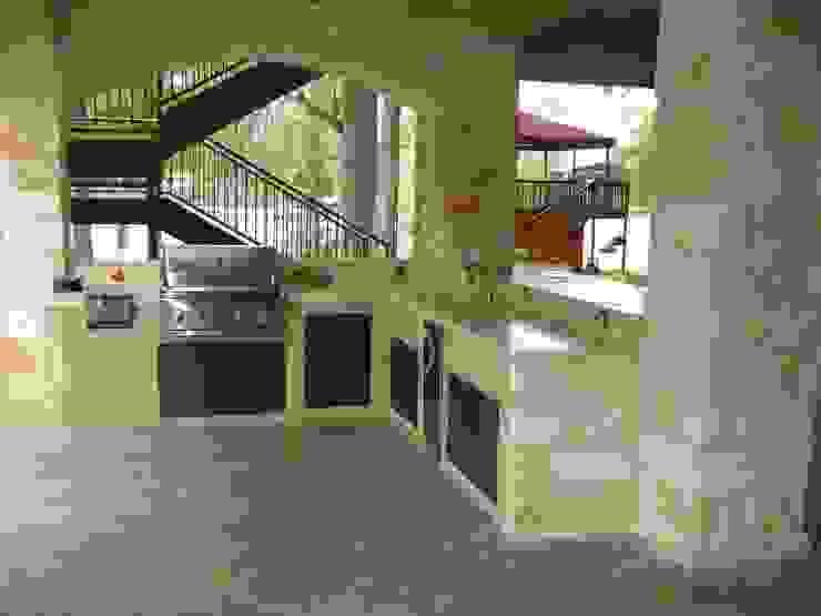 Idee per Imbastire una Cucina da Esterno press profile homify KitchenCabinets & shelves Beige