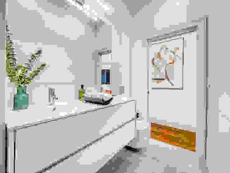Bancada casa de banho LOFT . DESIGN HOME STAGING Casa de banhoArmários