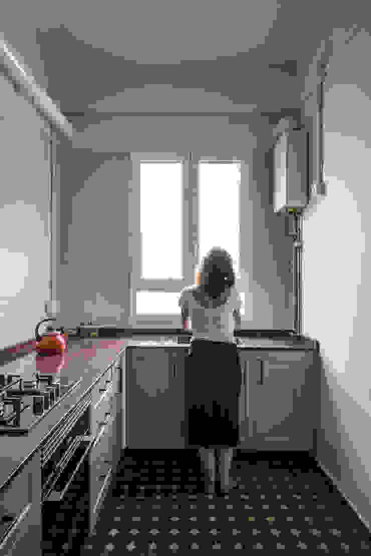 Vivienda en Abastos tambori arquitectes Cocinas pequeñas Cerámico Rojo