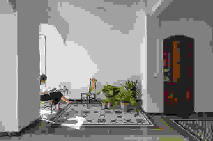 Vivienda en Abastos tambori arquitectes Salones de estilo mediterráneo Cerámico Blanco