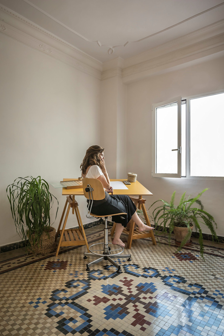 Vivienda en Abastos tambori arquitectes Estudios y despachos de estilo mediterráneo Cerámico Blanco