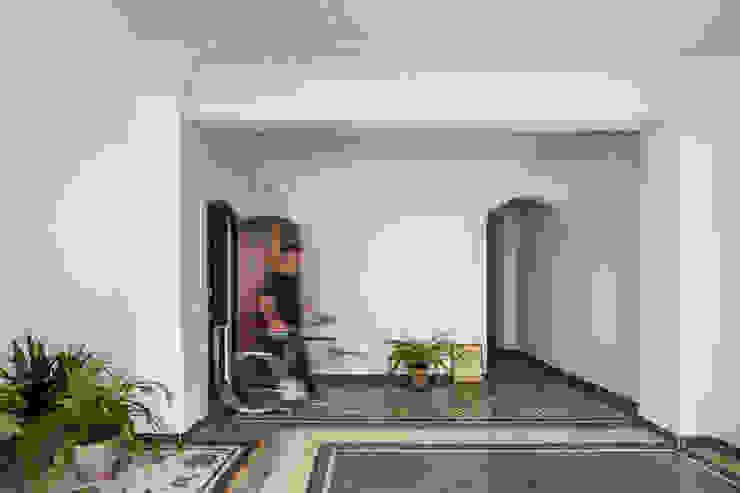 Vivienda en Abastos tambori arquitectes Pasillos, vestíbulos y escaleras de estilo mediterráneo Cerámico Blanco