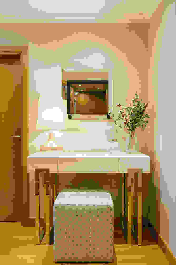Hall de Entrada | Expo Traço Magenta - Design de Interiores Corredores, halls e escadas modernos