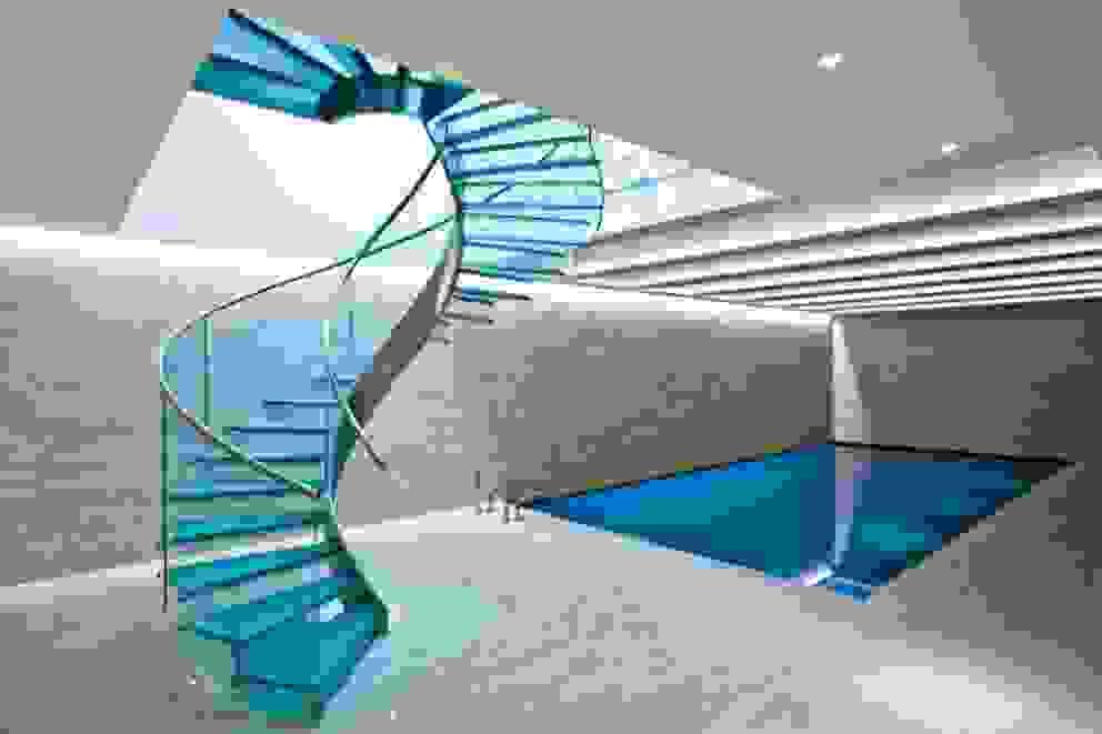 Pool & Wellness Area with Spiral Staircase モダンスタイルの プール の London Swimming Pool Company モダン