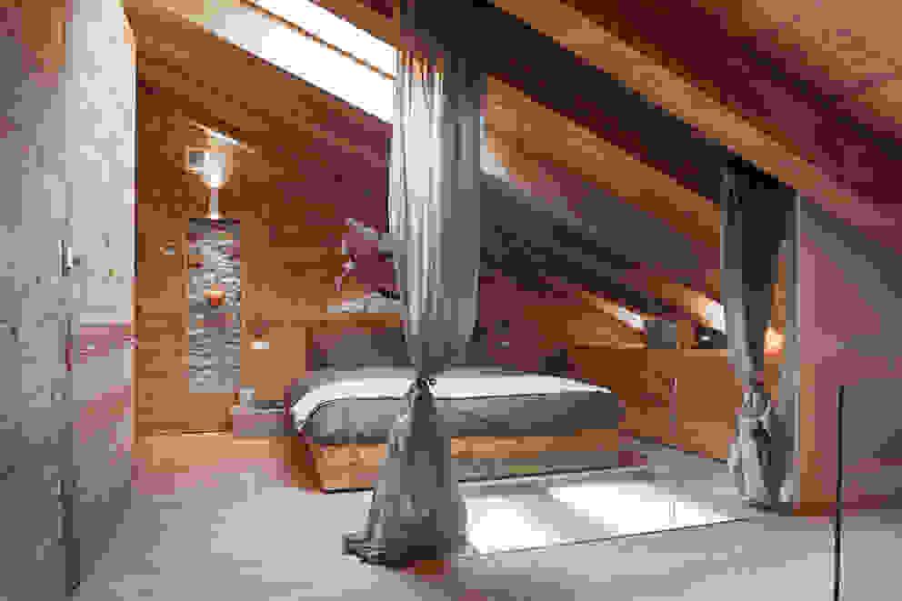 UN CALDO CHALET DI DESIGN Camera da letto in stile scandinavo di archstudiodesign Scandinavo