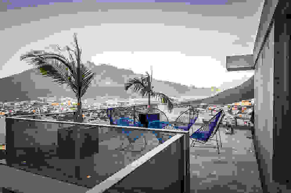 IPE HOUSE Balcones y terrazas de estilo moderno de P+0 Arquitectura Moderno