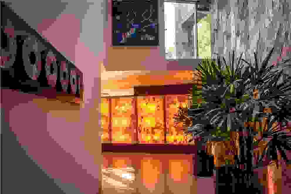 Modern Corridor, Hallway and Staircase by GRUPO VOLTA Modern