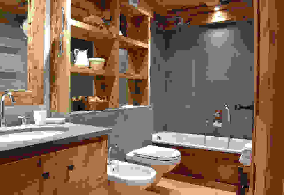 Baños rústicos de Andrea Rossini Architetto Rústico