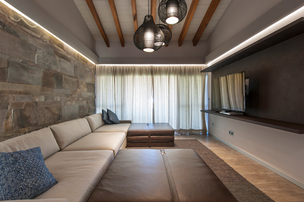 Salas de estar ecléticas por kababie arquitectos Eclético