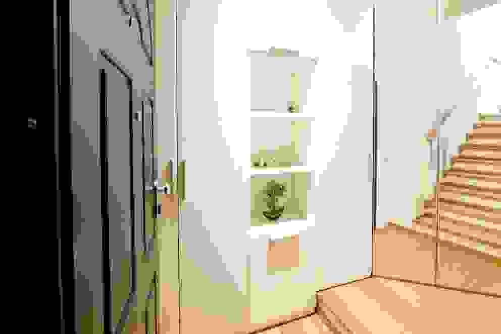 Modularis Progettazione e Arredo Moderne gangen, hallen & trappenhuizen