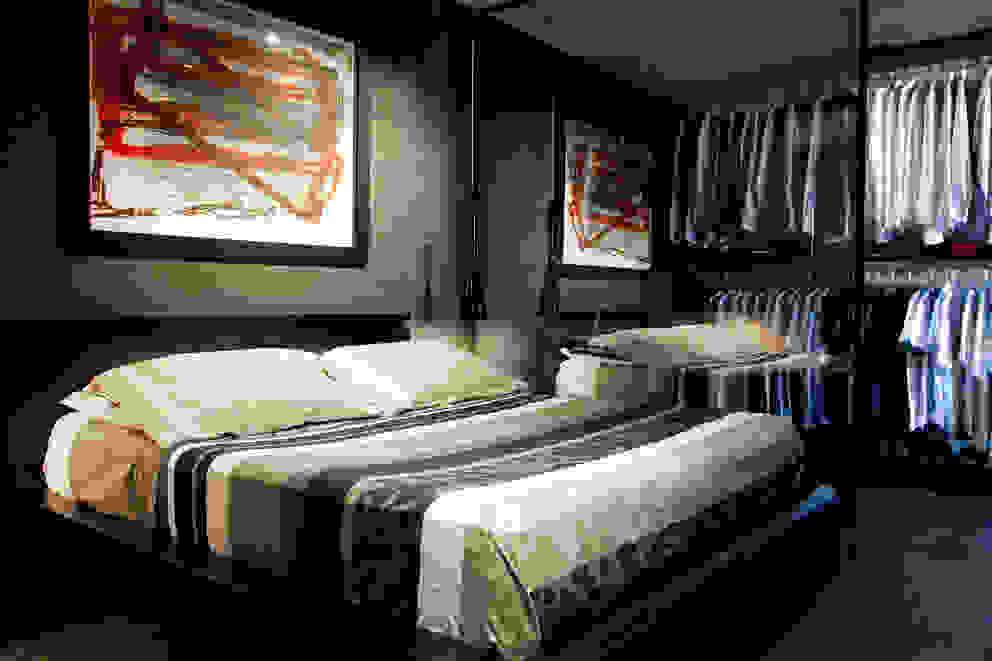 Quarto com closet integrado: Quartos  por dsgnduo,Moderno
