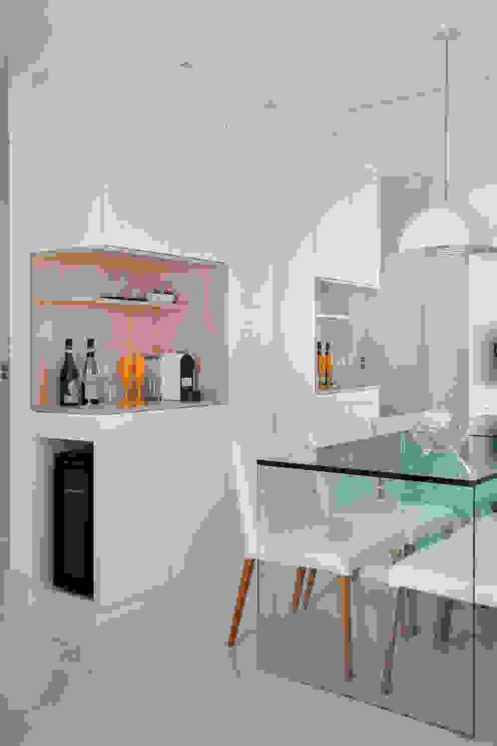 Apartamento pequeno Salas de estar modernas por Carolina Mendonça Projetos de Arquitetura e Interiores LTDA Moderno