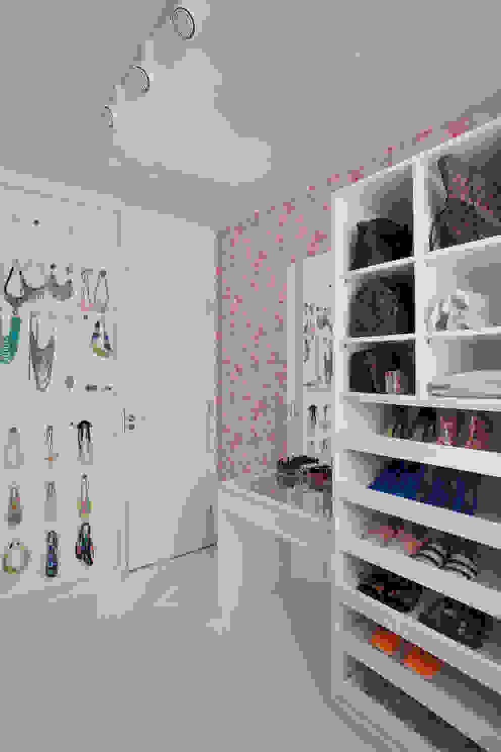 Apartamento pequeno Closets por Carolina Mendonça Projetos de Arquitetura e Interiores LTDA Moderno