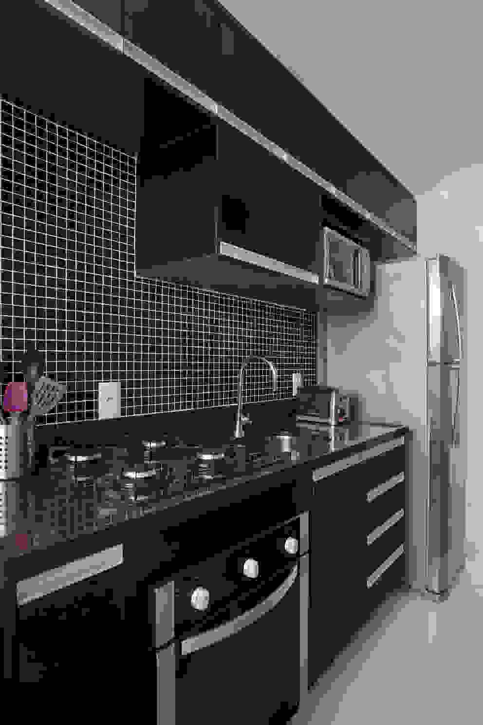 Apartamento pequeno Cozinhas modernas por Carolina Mendonça Projetos de Arquitetura e Interiores LTDA Moderno