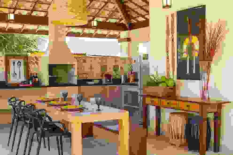 Casa Imbassaí Varandas, alpendres e terraços tropicais por Jamile Lima Arquitetura Tropical