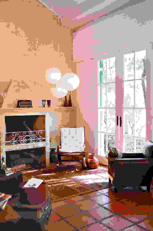 Sala da Lareira Salas de estar campestres por Célia Orlandi por Ato em Arte Campestre Tijolo