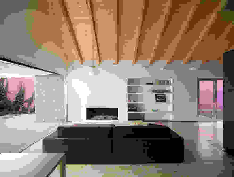 Soggiorno minimalista di daniel rojas berzosa. arquitecto Minimalista