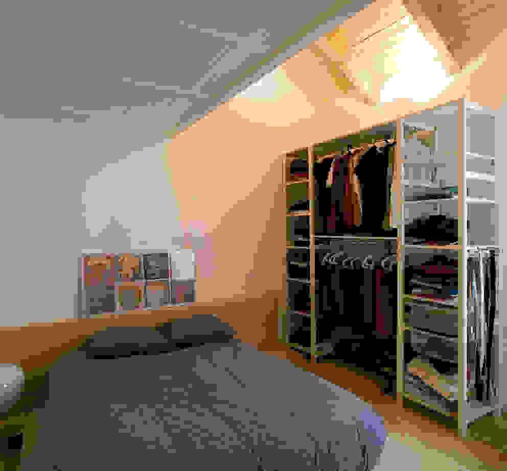 Camera da letto minimalista di daniel rojas berzosa. arquitecto Minimalista