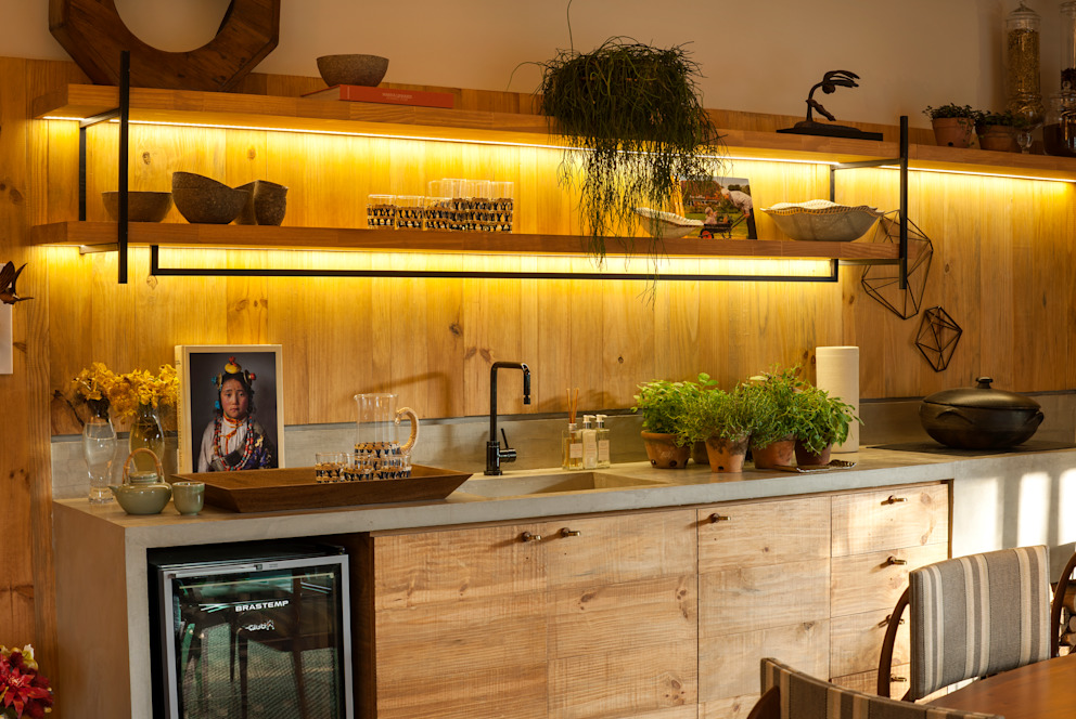 Casa Cor 2015/ A Casa da Gente Cozinhas tropicais por Marina Linhares Decoração de Interiores Tropical