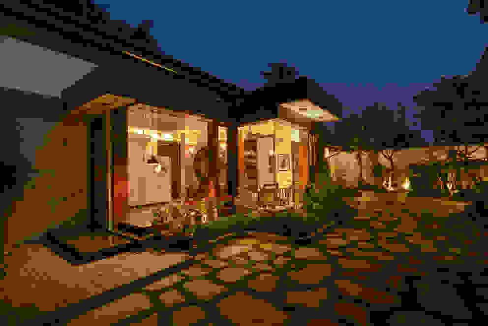 Juanapur Farmhouse monica khanna designs Balcones y terrazasIluminación